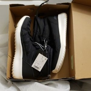 SNOW JOGGERS BOOTS SZ 6 WOMANS BRAND NEW.